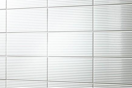 Glänzende Fliesen mit horizontalen Streifen- Weiß