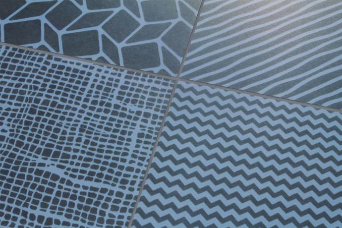 Fliesen mit geometrischen Mustern - Mischung aus Schwarz und Blau